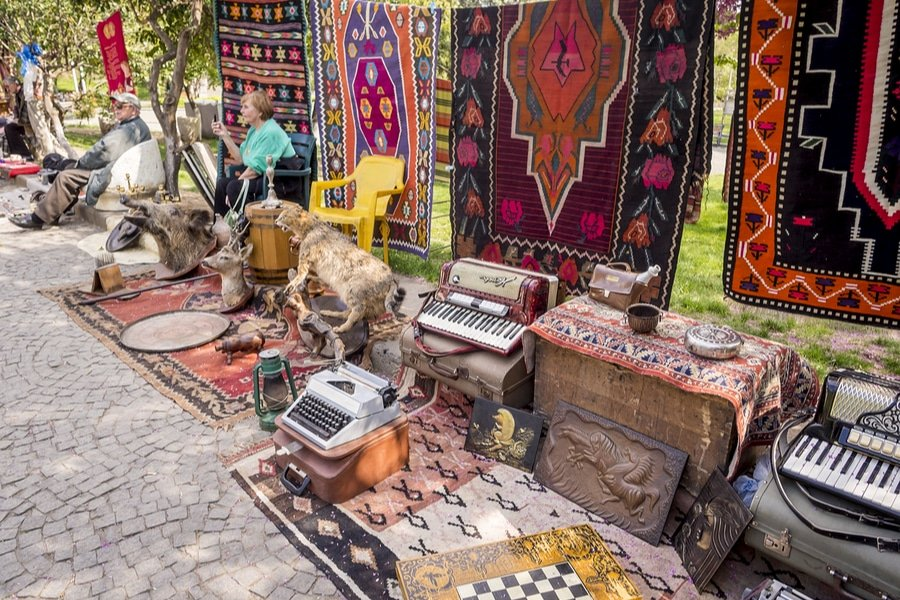 Dry Bridge flea market (Magdalena Paluchowska / Shutterstock.com)